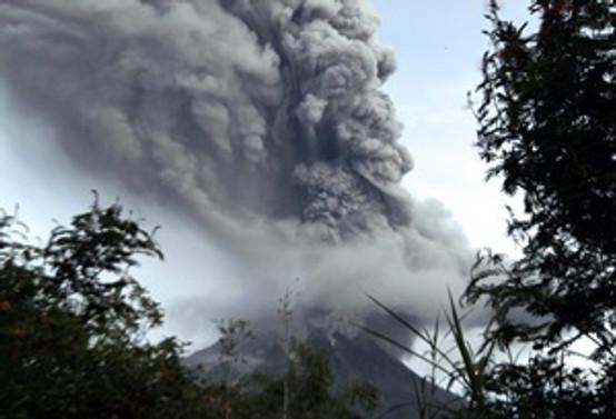 Endonezya'da Sinabung Yanardağı faaliyete geçti
