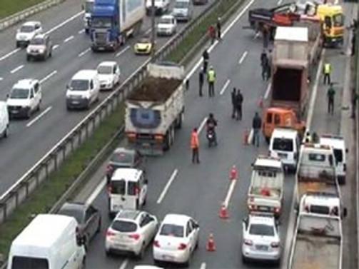 TEM'de trafiği kapatan kaza