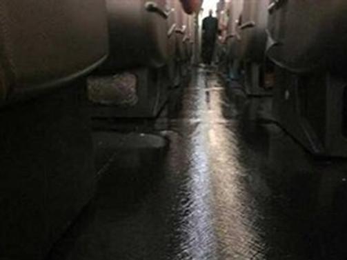 Havadaki yolcu uçağını su bastı