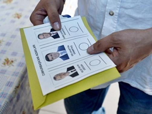 Türk vatandaşları oy kullanmaya devam ediyor