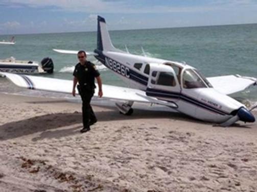 Sahile inen uçak babayla kızına çarptı