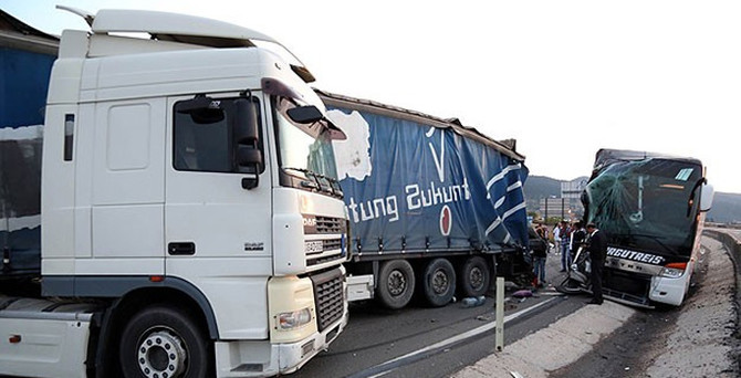 Trafik canavarı mesaide: 4 ölü, 16 yaralı