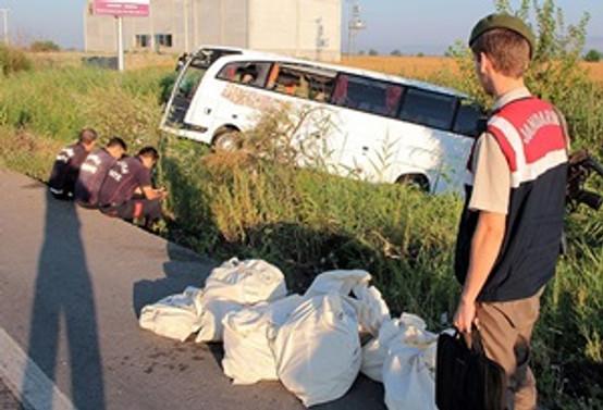 Yolcu otobüsü devrildi: 52 yaralı