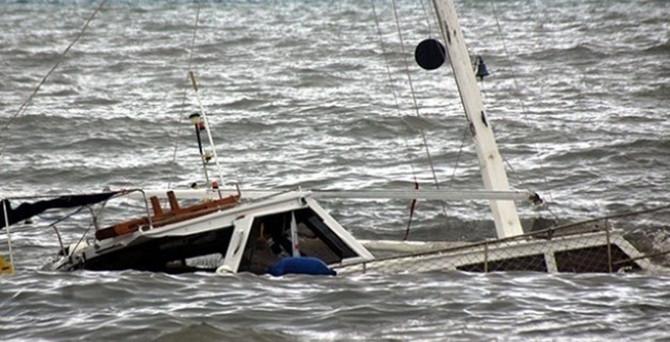 Endonezya'da turistleri taşıyan tekne battı