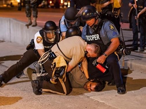 Ferguson'da polis binasına yürüdüler