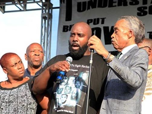 Öldürülen siyahi gencin babasından sükunet çağrısı