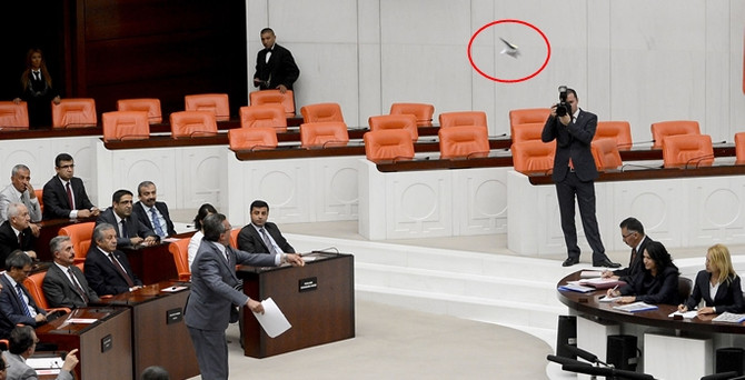 Meclis Başkanı'na iç tüzük kitapçığı fırlattı