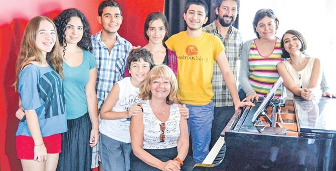 Usta piyanist İdil Biret ve genç yetenekler Cunda'da çalıyor