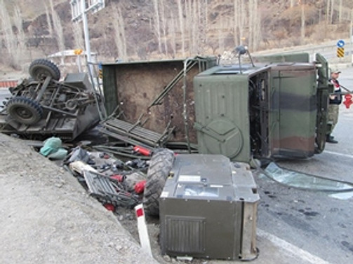 Askeri araç devrildi: 7 yaralı!