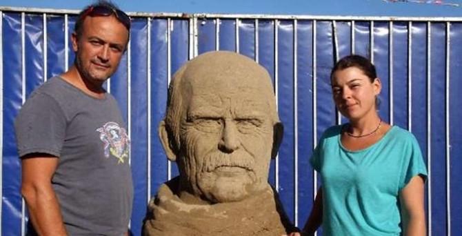 Gazeteciliği bıraktı, kum heykel festivali düzenliyor