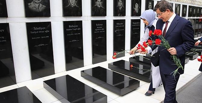 Davutoğlu, Aliyev'in kabrini ziyaret etti