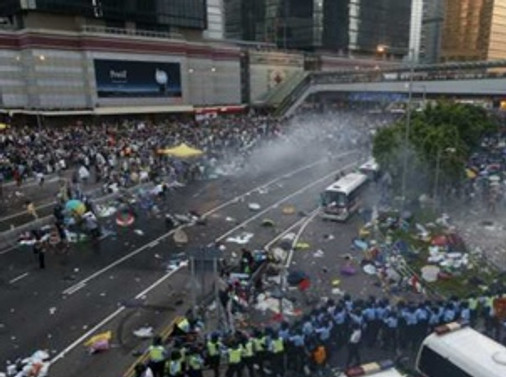Hong Kong'da çevik kuvvet sokaklardan çekildi