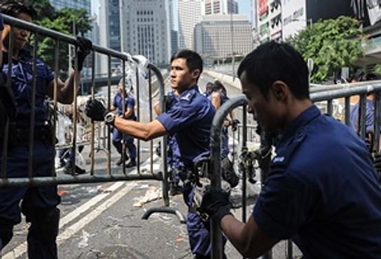 Polis göstericilerin kurduğu barikatları kaldırdı