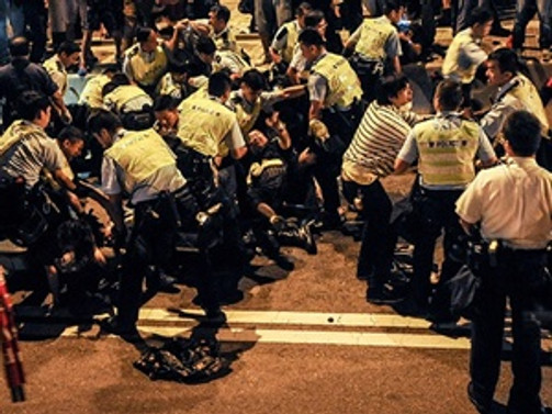 Hong Kong polisi göstericileri dağıtmak için güç kullandı