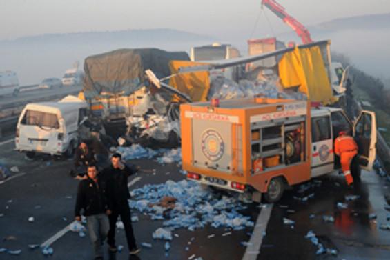Alev alan otomobilde 5 kişi yanarak öldü
