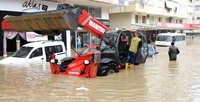 Metrekareye 280 kilogram yağış düştü, Manavgat'ı sel aldı!