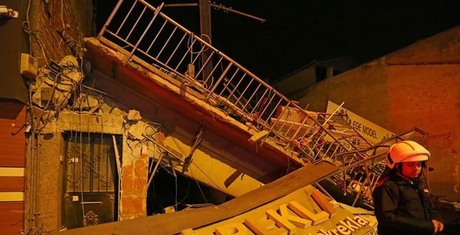 İzmir'de bina çöktü!