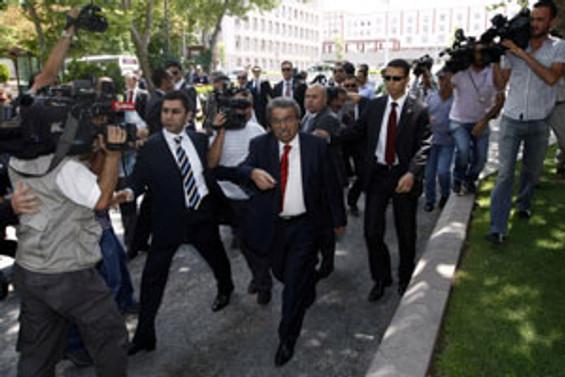 Başbakanlık binasına çelenk bırakmayı denedi