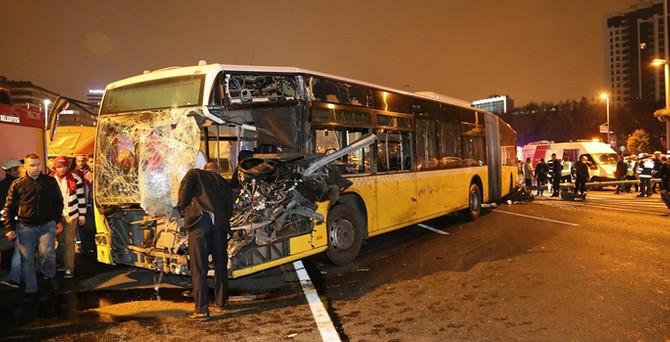 Zeytinburnu'nda minibüs metrobüsle çarpıştı!