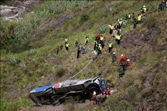 Otobüs nehre uçtu: 4 ölü
