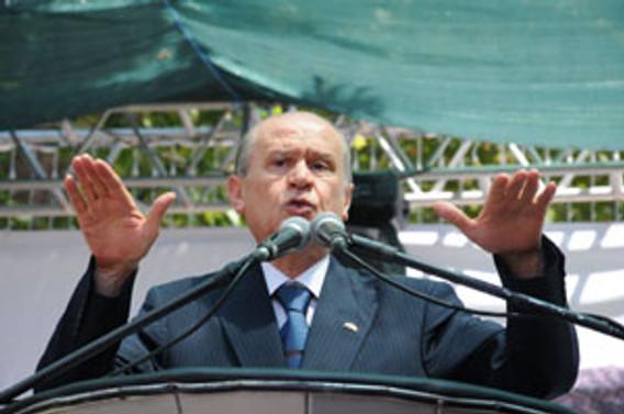 """""""Türkiye'yi ikiye bölmeye çalışıyor"""""""