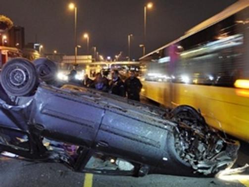 Metrobüs yolunda takla attılar