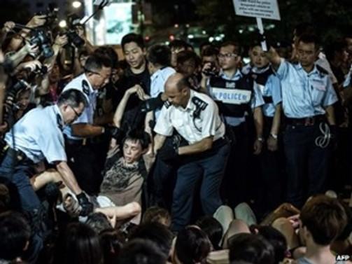 Hong Kong'da göstericiler polisle çatıştı