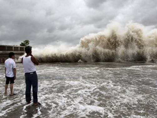 Filipinleri vuran tayfun zayıflıyor