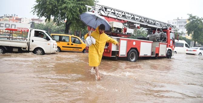 Şiddetli yağış Antalya'yı vurdu!