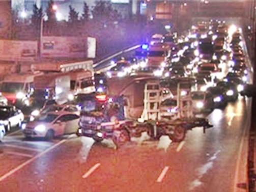Haliç'te lastikler patladı, trafik durdu!