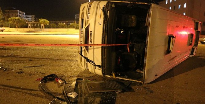 İşçileri taşıyan midibüs kaza yaptı: 20 yaralı