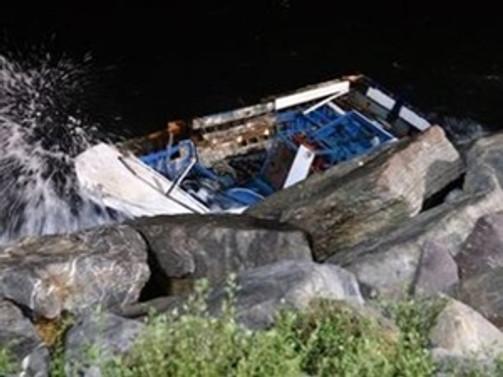 Tekne kayalıklara çarptı: 1 kişi kayıp