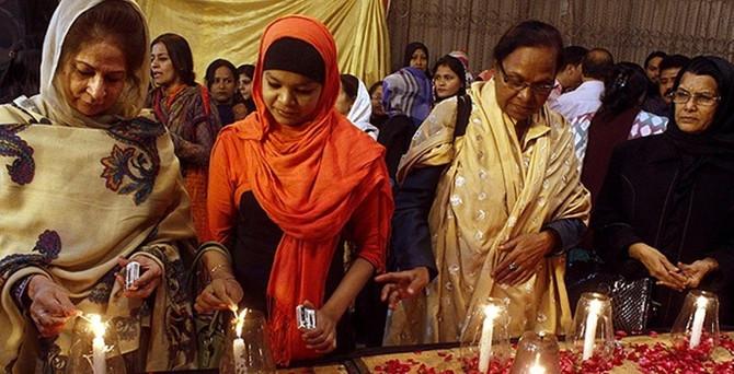 Pakistan baskında hayatını kaybedenleri uğurluyor