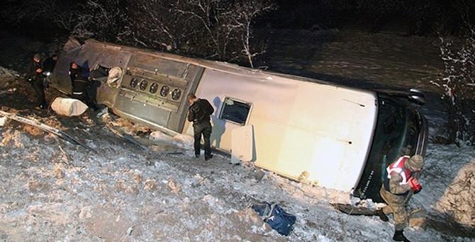 Sivas'ta yolcu otobüsü devrildi: 1 ölü, 49 yaralı!