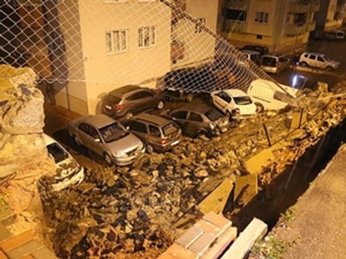 İstinat duvarı çöktü, 8 araç hasar gördü