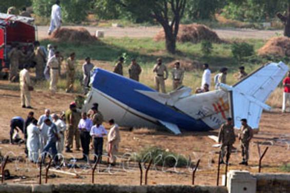 Pakistan ve Küba'da uçak düştü: 89 ölü