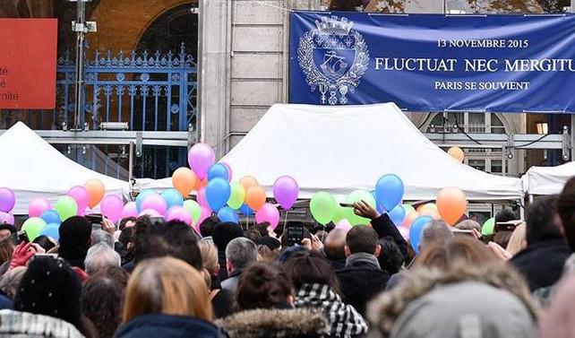 Paris'te 13 Kasım'daki terör saldırısının kurbanları anıldı