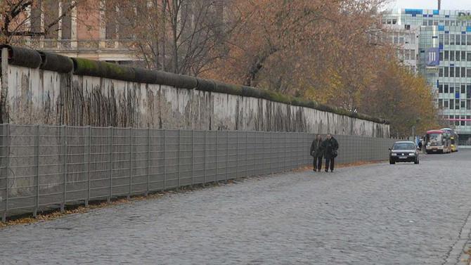 'Berlin Duvarı' yeniden inşa ediliyor