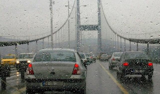 İstanbul'da sağanak trafiği felç etti