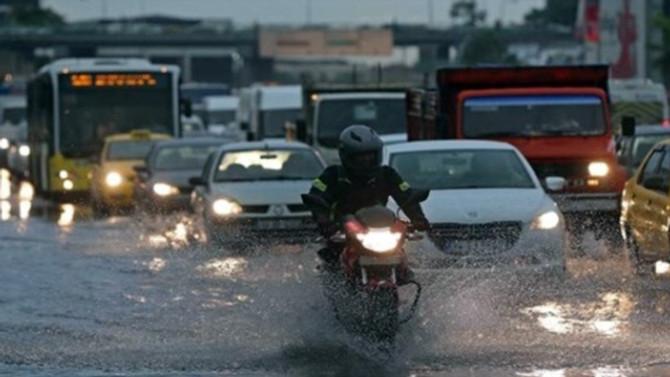 İstanbul trafiğine yağmur freni