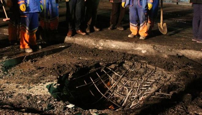 Patlama sonrası iki metrelik çukur oluştu