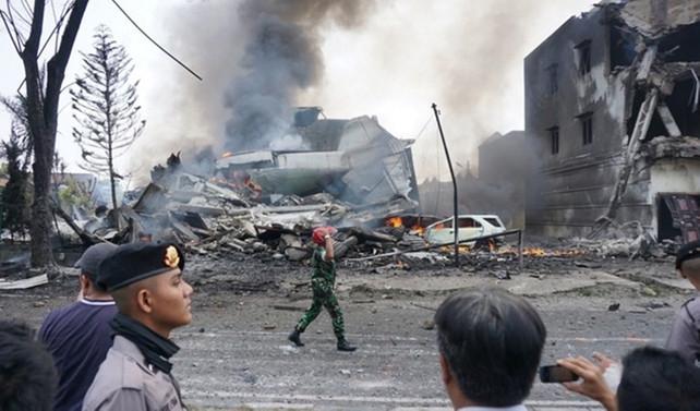 Endonezya'da askeri uçak düştü: 13 kişi öldü