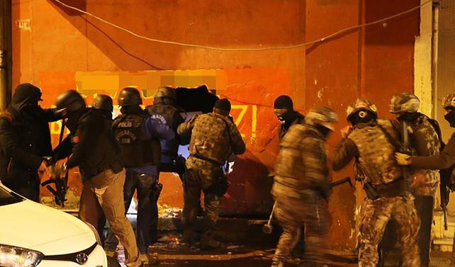 Polis dernek binasına duvarı delerek girdi