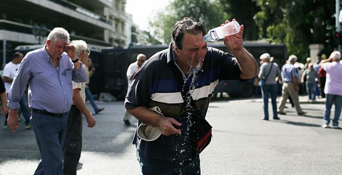 Yunanistan'da emeklilerin çilesi bitmiyor