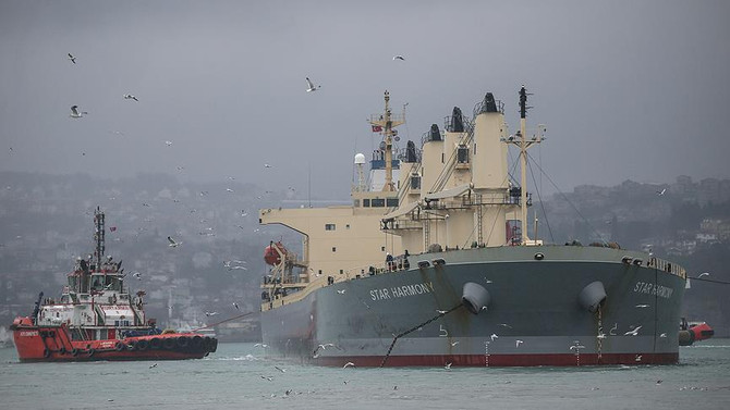 Yeniköy'de karaya oturan yük gemisi kurtarıldı