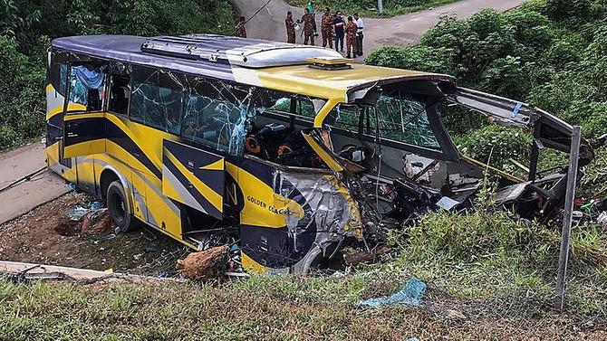 Otobüs nehre düştü: 14 ölü
