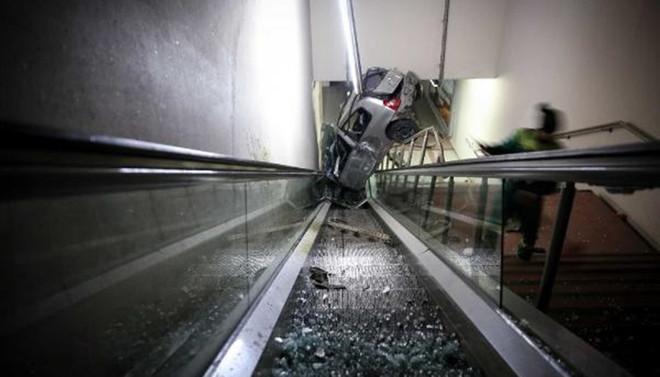 Kontrolden çıkarak metro girişine uçtu