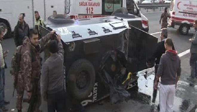 İstanbul'da zırhlı araç devrildi: 3 polis yaralı