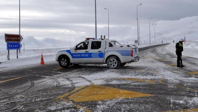 Erciyes'te tipi yolları kapattı