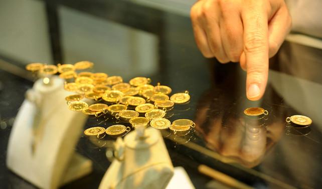 Altın, dolarla birlikte yükseliyor